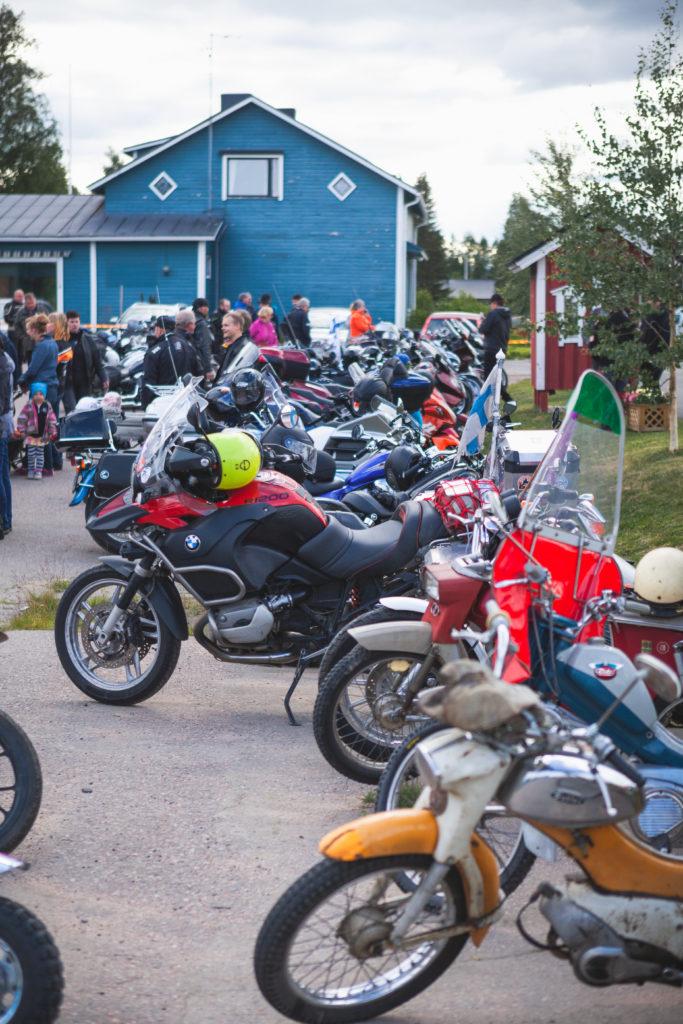 Kymmeniä mopoja ja moottoripyöriä parkissa tapahtuman yhteydessä.